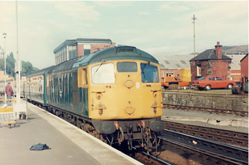 26006 arrives at Waverley with the load 11 1S27 1059 Kings Cross to Dundee in August 1984, which it had worked solo from Newcastle.